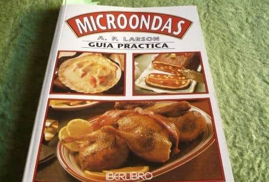 fotografía de libro de recetas sanas en el microondas